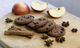 Biscuits sur la plate-forme en bois image stock