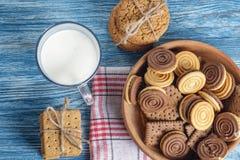 Biscuits sur la table Photos stock