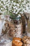 Biscuits sur la table de mariage, décoration avec le bouquet de g blanc image stock