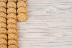 Biscuits sur la vieille table en bois Photographie stock libre de droits