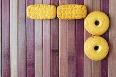 Biscuits sur le couvre-tapis de place en bambou pourpré Photos stock
