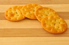 Biscuits sur le dessus du conseil en bois Photos stock