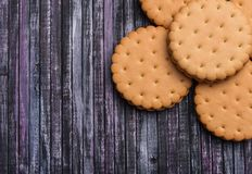 Biscuits sur le fond en bois un endroit pour un label Endroit de texte Biscuits de thé Biscuits de café Images stock