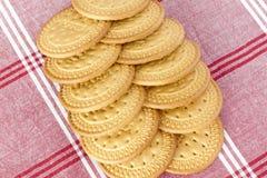 Biscuits sur une nappe Photos stock