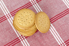 Biscuits sur une nappe Photographie stock