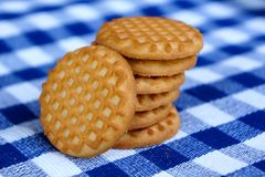 Biscuits sur une nappe checkered bleue images stock