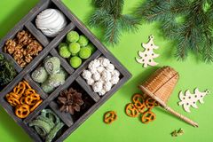 Biscuits traditionnels de Linzer de Noël avec de la confiture de framboise sur le fond foncé Les biscuits autrichiens ont rempli  photographie stock libre de droits