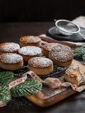 Biscuits traditionnels de Noël avec les amandes et le sésame sur le fond en bois foncé images libres de droits