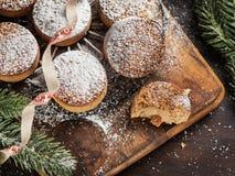Biscuits traditionnels de Noël avec les amandes et le sésame sur le fond en bois foncé avec l'espace de copie photographie stock libre de droits