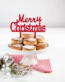 Biscuits traditionnels de Noël, nevaditos, avec les amandes et le sésame sur le fond en bois blanc avec l'espace de copie Fin ver images stock