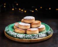 Biscuits typiques Polvorones, mantecados de Noël de spansih, avec des amandes sur le fond en bois foncé avec le copyspace No?l et photo stock