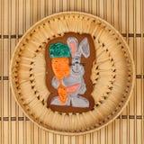 Biscuits vitrés d'un plat en osier Image stock