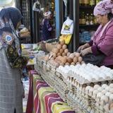BISHKEK KIRGIZISTAN - SEPTEMBER 27, 2015: Kvinna som in säljer ägg Royaltyfri Foto
