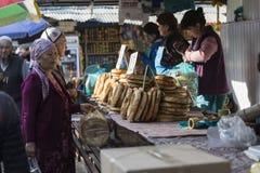 BISHKEK KIRGIZISTAN - SEPTEMBER 27, 2015: Kvinna som säljer asiat s Arkivfoton