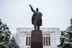 BISHKEK KIRGIZISTAN: Vladimir Lenin Statue lokaliserade bak det nationella museet arkivbild