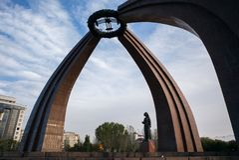 BISHKEK, KYRGYZSTAN: Monument van Overwinning in Biskek, hoofdstad van Kyrgyzstan stock foto