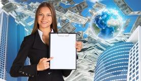 Bisinesswoman hold paper holder Buildings and Lizenzfreie Stockfotografie