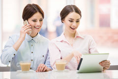 Bisinesswomen con la tableta Imagenes de archivo