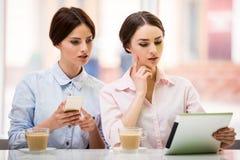 Bisinesswomen con la tableta Imagen de archivo libre de regalías