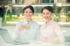 Bisinesswomen en café Fotografía de archivo