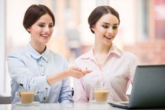 Bisinesswomen en café Imágenes de archivo libres de regalías