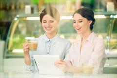 Bisinesswomen en café Imagenes de archivo