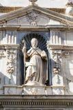 Biskop Sculpture på kyrka royaltyfria foton
