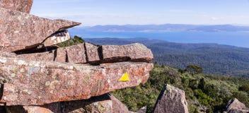 Biskopen och kontoristen når en höjdpunkt på Maria Island, Tasmanien, Australien Arkivbild