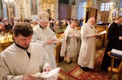 Biskops- service i den ortodoxa kyrkan i staden av Gomel Biskop Stephen Royaltyfria Bilder