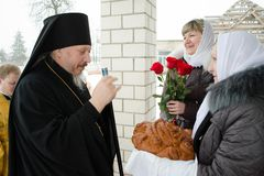Biskops- service i den ortodoxa kyrkan i staden av Gomel Biskop Stephen Royaltyfria Foton