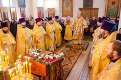 Biskops- service i den ortodoxa kyrkan i staden av Gomel Biskop Stephen Arkivbild