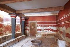 Biskopsstolrum med stenbiskopsstolen och frescoes på väggarna crete knossosslott Heraklion Kreta arkivbilder