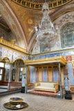 Biskopsstolrum på avsnittet för Topkapi slottharem, Istanbul, Turkiet royaltyfria foton
