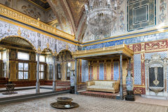 Biskopsstolrum på avsnittet för Topkapi slottharem, Istanbul, Turkiet royaltyfri foto