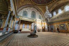 Biskopsstolrum på haremavsnittet av den Topkapi slotten, Istanbul, Turkiet royaltyfri foto