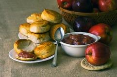 Biskuite mit Apfelbutter Stockbild