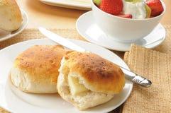 Biskuite und Fruchtsalat lizenzfreies stockbild
