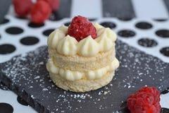 Biskuits di amaretto con la crema ed i lamponi del limone Fotografia Stock