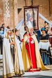 Biskup, księża i michaelita jest ubranym średniowieczną suknię, Fotografia Stock