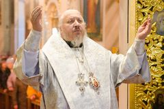 Biskupia usługa w Ortodoksalnym kościół w mieście Gomel Biskup Stephen Obraz Royalty Free