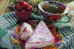 Biskwitowi ciastka i truskawki Obraz Royalty Free