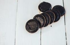 Biskwitowi ciastka z plombowaniem w czekoladowym glazerunku Obraz Stock