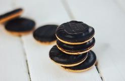 Biskwitowi ciastka z plombowaniem w czekoladowym glazerunku Zdjęcie Royalty Free