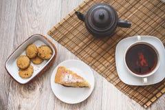Biskwitowy śliwka tort na talerzu z filiżanką herbata gorąca przestrzeń na a zdjęcie royalty free