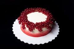 Biskwitowy domowej roboty tort z śmietanką i jagodami Obrazy Royalty Free