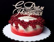 Biskwitowy domowej roboty tort z śmietanką, jagodami i drewnianym numer jeden, Obrazy Royalty Free