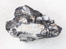 Bismuthinite-Ader im rohen Quarzstein auf Weiß Lizenzfreies Stockbild