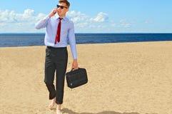 Bisnesmen sulla spiaggia Fotografie Stock