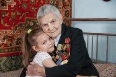 Bisnonna - un veterano della seconda guerra mondiale e la sua pronipote immagine stock