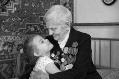 Bisnonna - un veterano della seconda guerra mondiale e la sua pronipote Fotografia Stock Libera da Diritti